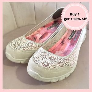 Skechers sneakers flats white cream size 9